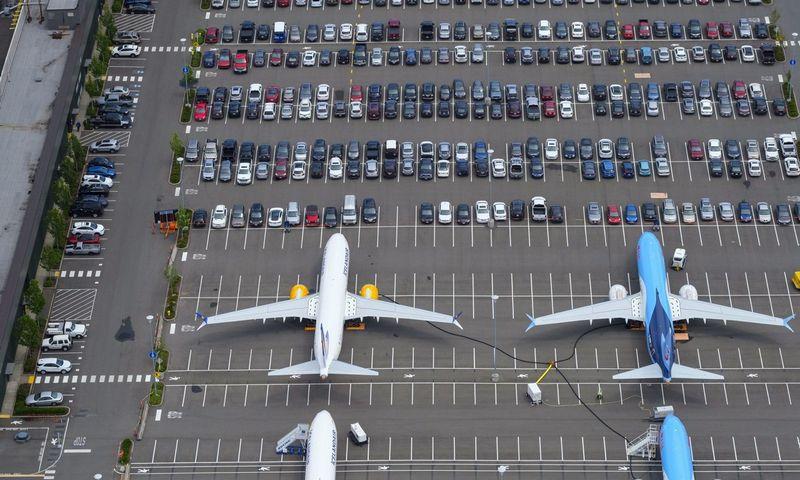 """Klientų grąžintus orlaivius """"Boeing"""" priversta laikyti darbuotojų automobilių stovėjimo aikštelėse, esančiose prie fabriko Sietle. Stepheno Brasheario (AFP/""""Scanpix""""/""""Reuters"""") nuotr."""