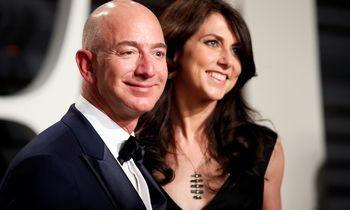 """J. Bezosas buvusiai sutuoktinei perleidžia 4% """"Amazon"""" akcijų"""