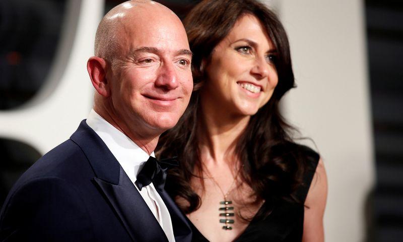"""Šią savaitę teisėjui pasirašius dokumentus, turtingiausio pasaulio asmens Jeffo Bezoso buvusiai sutuoktinei atiteks 4% korporacijos """"Amazon"""" akcijų. Danny'io Moloshoko (""""Reuters"""" / """"Scanpix"""") nuotr."""
