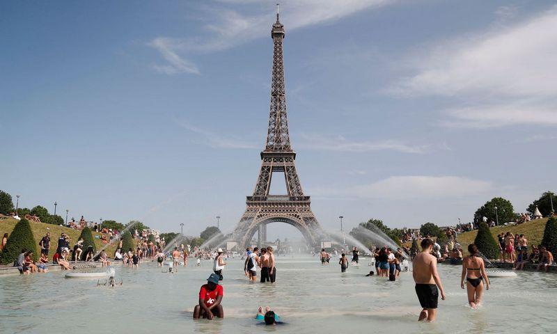 """Ieškodami išsigelbėjimo nuo karščio, kuris birželį kepino visą Europą, paryžiečiai gaivinosi Trokadero fontane. Zakaria Abdelkafi (AFP/""""Scanpix"""") nuotr."""