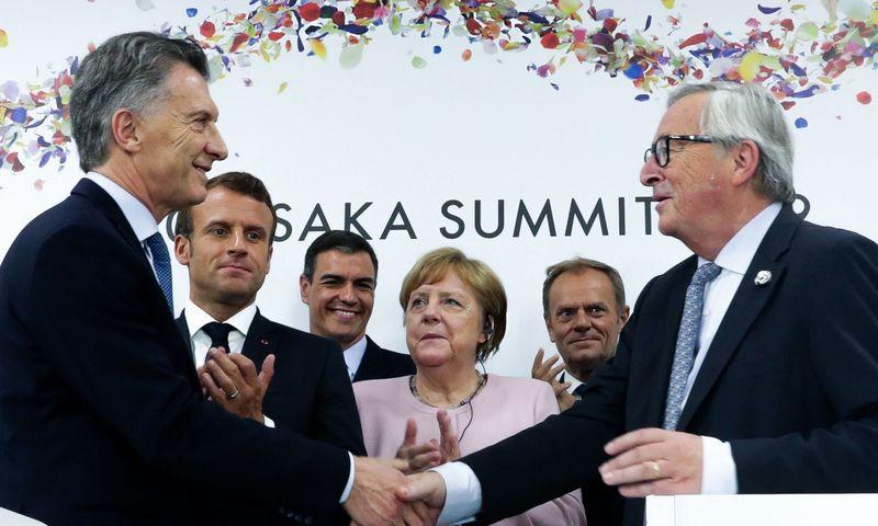 """Argentinos prezidentas Mauricio Macri (kairėje) ir EK prezidentas Jeanas Claude'as Junckeris užbaigia prekybos susitarimą G 20 susitikime Osakoje. Argentina's Presidency Press Office (AFP / """"Scanpix"""") nuotr."""