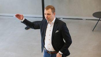 """""""Tele2"""" nutraukė bendradarbiavimą su """"vipcommunications"""", """"Swedbank"""" nepratęsė sutarties"""