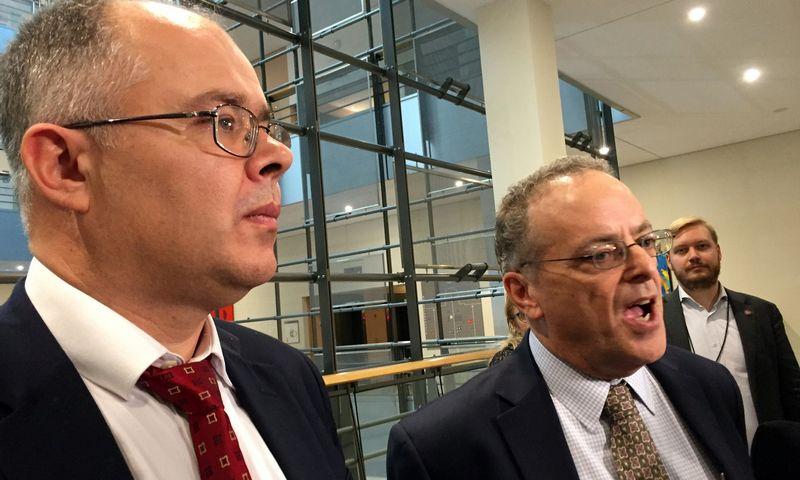 """Iš kairės: buvęs """"Danske Bank"""" darbuotojas Howardas Wilkinsonas, dabar bendradarbiaujantis su teisėsauga, ir jo advokatas iš JAV Stephenas Kohnas. Jacobo Gronholto-Pederseno (""""Reuters"""" / """"Scanpix"""") nuotr."""