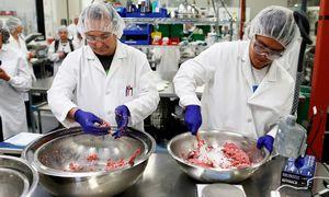"""""""Impossible Foods"""" susidūrė su problema – nebespėja gaminti netikros mėsos"""