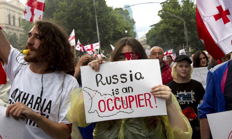 """Po demonstracijų Tbilisyje Rusija nusprendė uždrausti skrydžius į Sakartvelą. Shakh Aivazov (AP/""""Scanpix"""") nuotr."""
