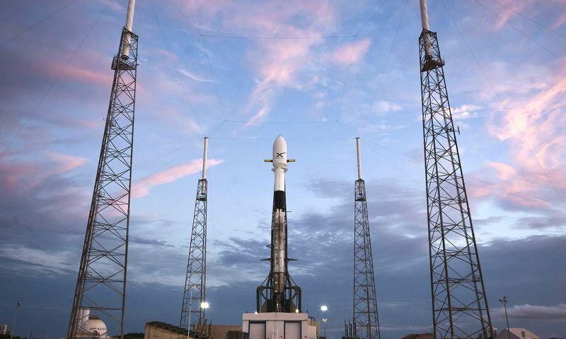 """Elono Musko įkurta ir vadovaujama """"SpaceX"""" pirmuosius 60 """"Starlink"""" palydovų paleido gegužę. """"SpaceX"""" (AFP / """"Scanpix"""" / """"Reuters"""") nuotr."""