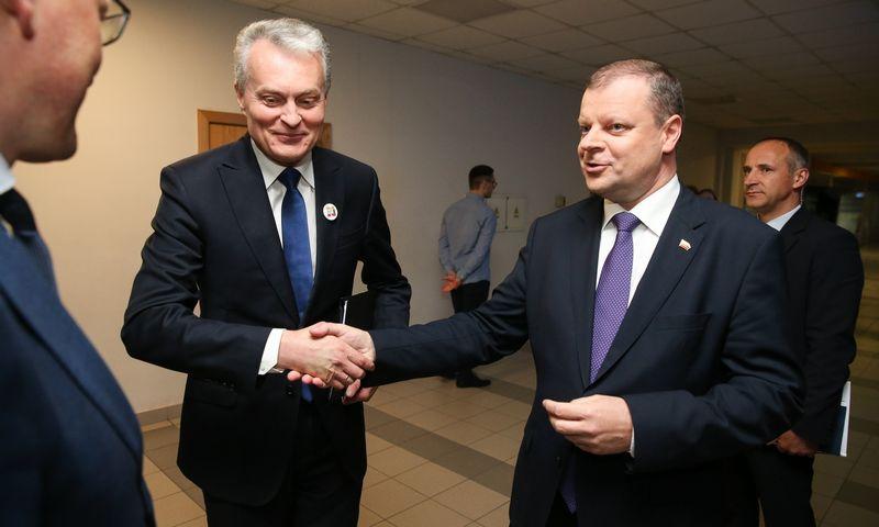 Naujasis prezidentas Gitanas Nausėda (kairėje) paves Sauliui Skverneliui laikinai eiti premjero pareigas ir pateiks jo kandidatūrą Seimui tvirtinti atnaujintos Vyriausybės vadovu. Vladimiro Ivanovo (VŽ) nuotr.