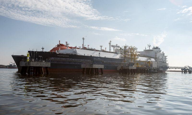 """Suskystintų gamtinių dujų laivas-saugykla """"Independence"""" ir dujovežis """"Arctic Voyager"""". Vladimiro Ivanovo (VŽ) nuotr."""