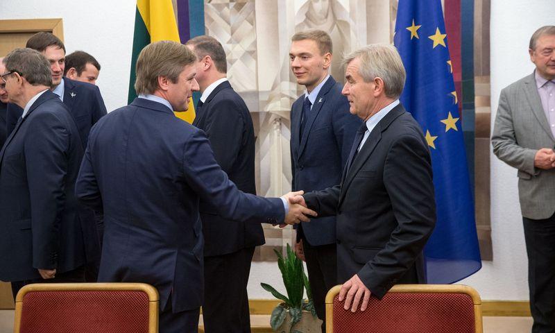 Tarp Seimo pirmininko Viktoro Pranckiečio (dešinėje) ir Valstiečių ir žaliųjų sąjungos lyderio Ramūno Karbauskio jau kuris laikas yra perbėgusi juoda katė. Vladimiro Ivanovo (VŽ) nuotr.