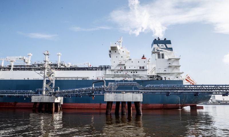 """Suskystintų gamtinių dujų laivas-saugykla """"Independence"""" su SGD talpyklomis ir dujinimo įrenginiu. Vladimiro Ivanovo (VŽ) nuotr."""