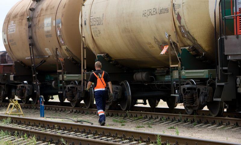 """Vertinama, kad didžiausias postūmis, paskatinęs intensyvesnį abiejų šalių bendradarbiavimą, buvo """"Lietuvos geležinkelių"""" įsipareigojimas atstatyti Rengės geležinkelio ruožą, kuris leis lenkų valdomai """"Orlen Lietuvos"""" naftos perdirbimo gamyklai Mažeikiuose sumažinti sąnaudas gabenant produktus į Latviją.  Vladimiro Ivanovo (VŽ) nuotr."""