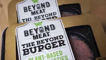 """Pamišimas dėl netikros mėsos: perspėja, kad """"Beyond Meat"""" akcijų šuolis 600% nėra tvarus"""