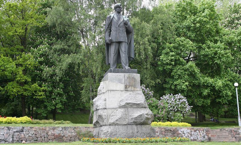 Paminklas rašytojui Petrui Cvirkai Vilniuje – vienintelis reliktas sostinėje iš Stalino epochos laikų. Juditos grigelytės (VŽ) nuotr.