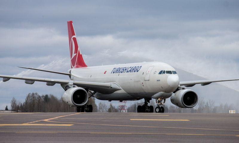 """""""Turkish Cargo"""" lėktuvas """"Airbus A330F"""" Vilniaus oro uoste. Juditos Grigelytės (VŽ) nuotr."""