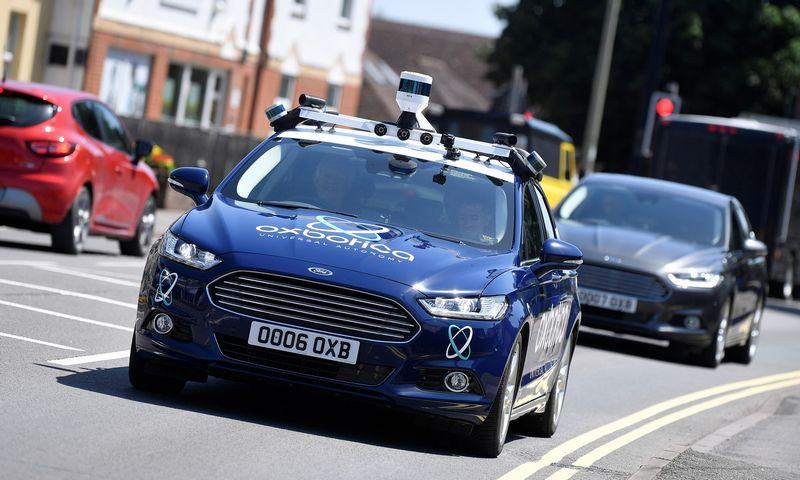 """""""Oxboticos"""" įrangos vairuojamas """"Ford Mondeo"""" Oksfordo gatvėje. Toby Melville'o (""""Reuters"""" / """"Scanpix"""") nuotr."""