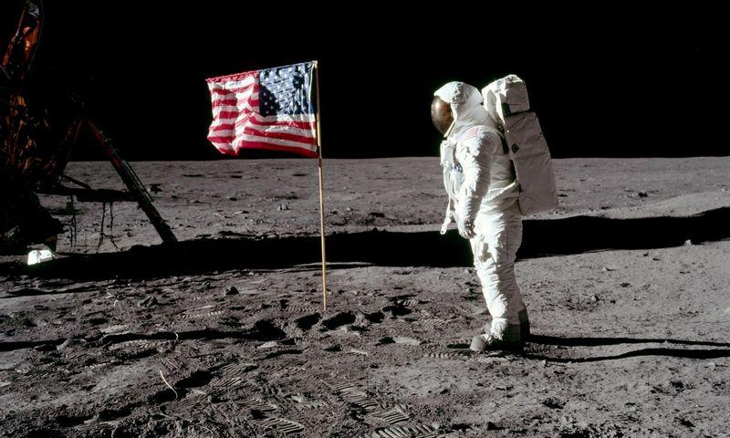 """Astronautas Buzzas Aldrinas prie Amerikos vėliavos mėnulyje, 1969 m. """"Reuters""""/""""Scanpix"""" nuotr."""
