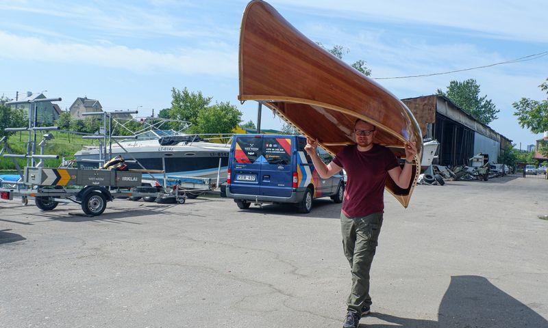 """Janis Žekanis, medinių kanojų """"Wet Weim"""" gamintojas. Rasos Dževeckytės (VŽ) nuotr."""