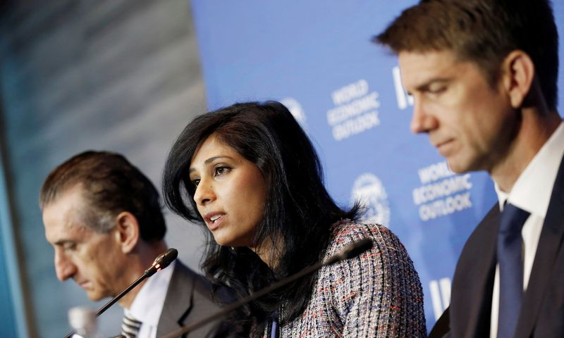 """TVF atstovai spaudos konferencijoje Santjage (Čilėje), kur pristatė pasaulio ekonomikos augimo prognozes. Rodrigo Garrido (""""Reuters"""" / """"Scanpix"""") nuotr."""