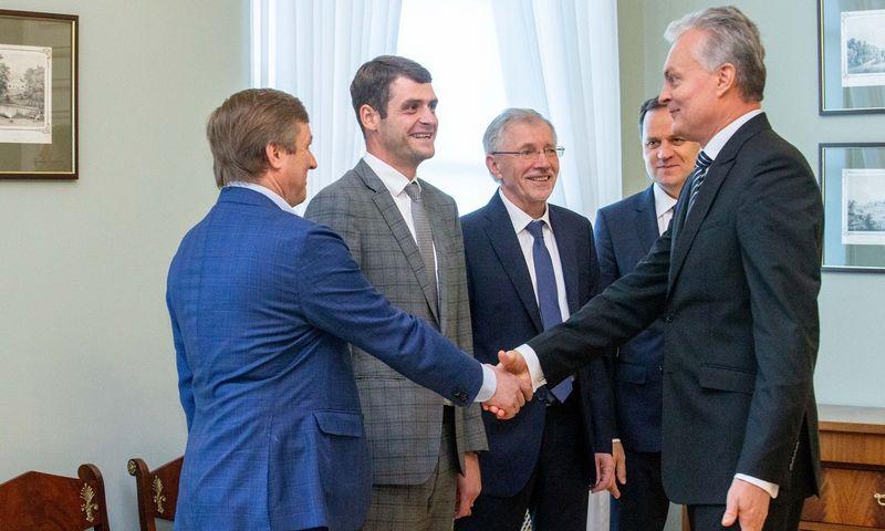 Prezidentas Gitanas Nausėda su koalicijos sutartį pasirašiusių partijų vadovais. Juditos Grigelytės (VŽ) nuotr.
