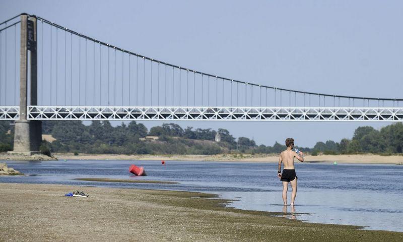 """Prie Luaros upės vakarų Prancūzijoje karštis šiomis dienomis pasiekė 40 laispnių. Sebastieno Salomo Gomis/SIPA/""""Scanpix"""" nuotr."""