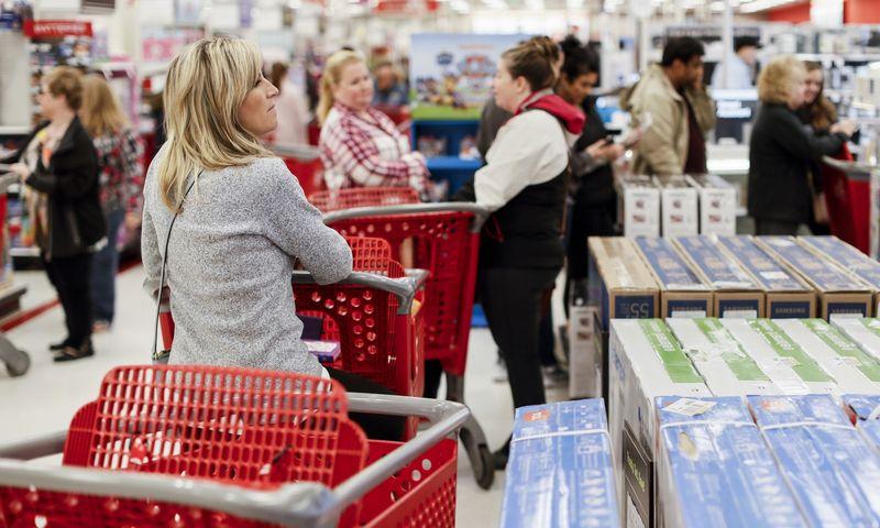 """Antrojo ketvirčio rezultatas parodys, kad JAV padidėjo vartojimo išlaidos. John Minchillo (AP/""""Scanpix"""" nuotr.)"""