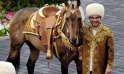"""""""Galios ir laimės era"""" Turkmėnistane: krizė, eilės prie maisto, draudimai išvykti"""