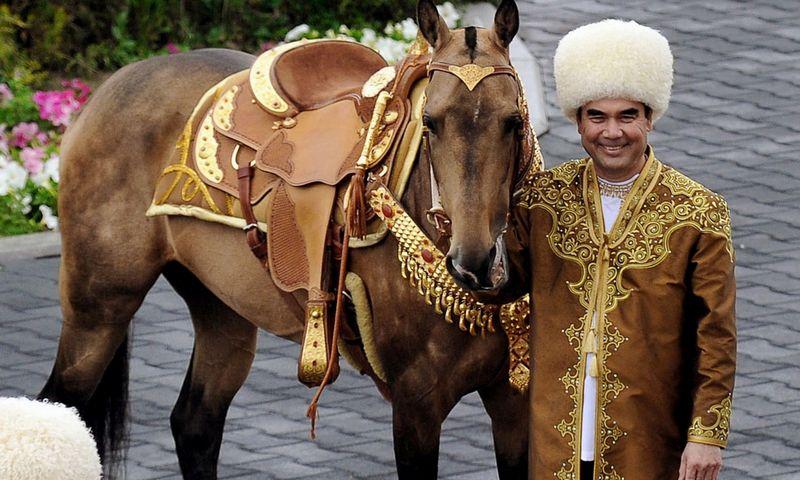 """Turkmėnistano prezidentas G. Berdimuhamedovas 2016 m. pozuoja su žirgu, laimėjusiu kasmetinį Tarptautinį žirgų grožio konkursą. Igorio Sasino (AFP PHOTO / """"Scanpix"""" ) nuotr."""
