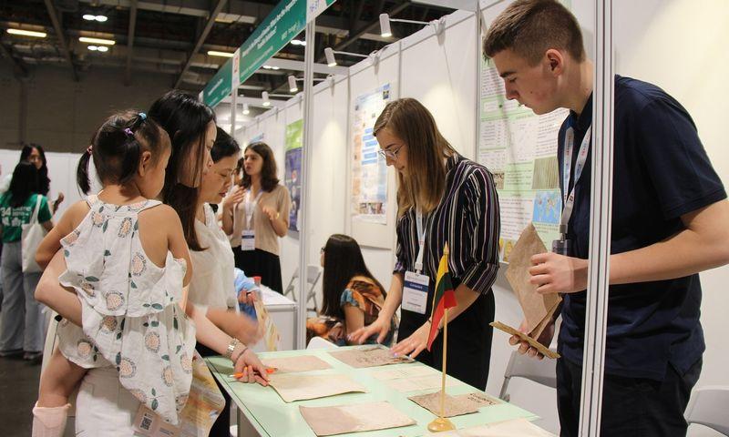 Lietuvos moksleiviai Kinijoje pristatė du projektus ir abu jie buvo tarp laimėtojų. Viktorijos Kalaimaitės (LMNŠC) nuotr.