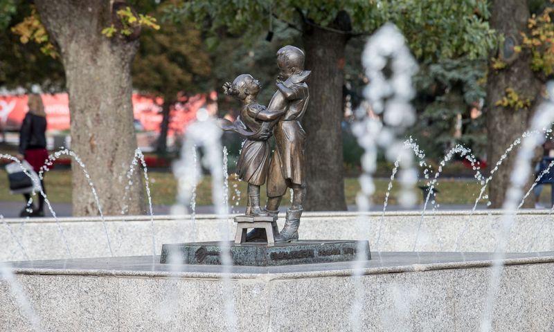 """Panevėžio mieste ir rajone iki 2021 m. birželio 15 d. bus sužymėtos lankytinos vietos, atsiras rodyklės į jas. Nuotraukoje – Algirdo Varžinsko skulptūra """"Gyvenimo žuvis"""". Juditos Grigelytės (VŽ) nuotr."""
