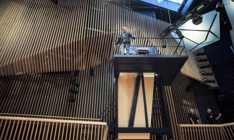 """Fortepijonas """"450i Vertical Concert Grand piano"""" Ventspilio (Latvija) koncertų salėje. Ilmarso Znotinso / APF nuotr."""