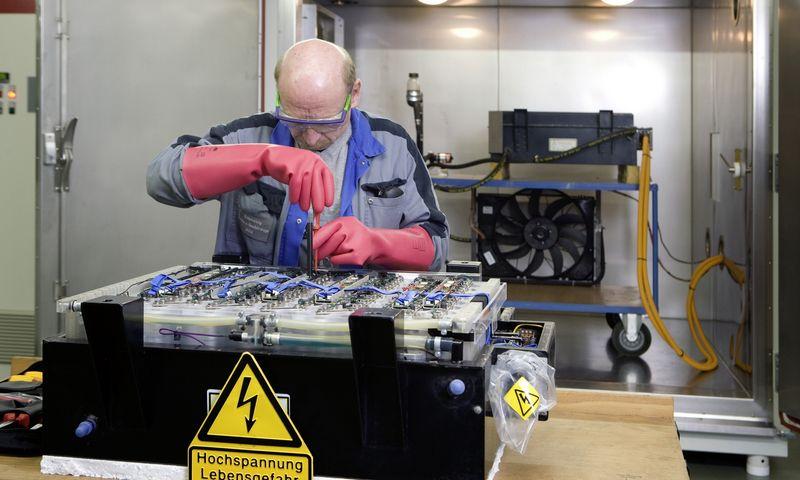 """Sunkiasvoriam transportui skirto ličio jonų akumuliatoriaus bandymai """"Daimler AG"""" laboratorijoje. """"Daimler AG"""" nuotr."""