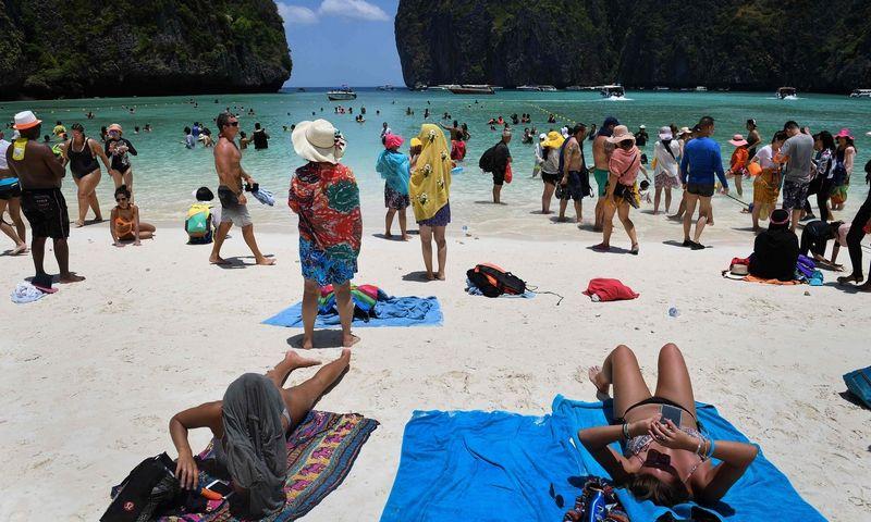 """Kovojant su pavojingos šalies įvaizdžiu, Tailande planauojama įdiegti privalomojo draudimo turistams sistemą. Lilianos Suwanrumpha (""""AFP Photo"""" / """"Scanpix"""") nuotr."""