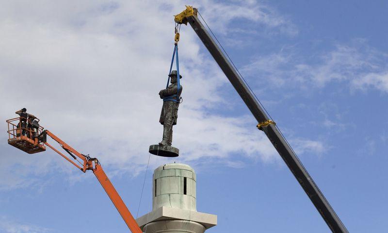 """Nuo 2015-ųjų iš aikščių ir universitetų kiemelių pašalintas ne vienas paminklas Konfederacijos valstijų kariuomenės vadui Robertui E. Lee. Scotto Threlkeldo (""""AP Photo""""/""""Scanpix"""") nuotr."""