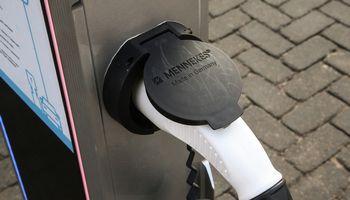 Lietuvoje bus įrengta 100 naujų elektromobilių įkrovimo stotelių