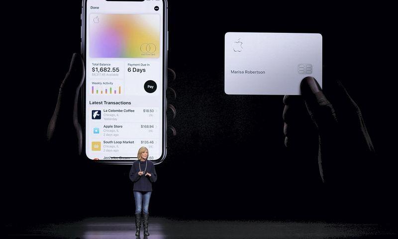 """""""Apple"""" savo kredito kortelių koncepciją pristatė šiemet kovą. Tony Avelar (AP/""""Scanpix""""/""""Reuters"""") nuotr."""