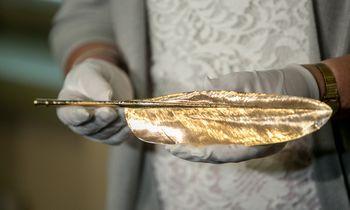 Signatarų namuose eksponuojama auksinė A. Smetonos plunksna