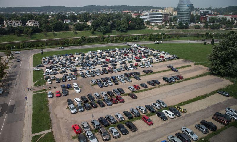 Automobilių stovėjimo aikštelė prie Seimo.