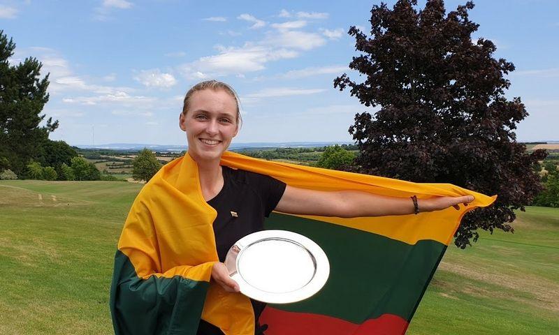 """""""Tapti profesionale – mano svajonė"""", – sako Bitė Gilė Starkutė. Jos rankose – 63-ojo Liuksemburgo atvirojo golfo čempionato nugalėtojos taurė, laimėta šių metų liepą. Arūno Starkaus nuotr."""