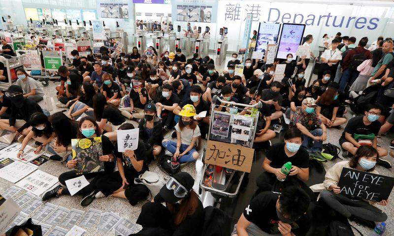 """Honkongo oro uostą užėmusios tūkstantinės protestuotojų minios paralyžiavo jo veiklą. """"Reuters"""" / """"Scanpix"""" nuotr."""
