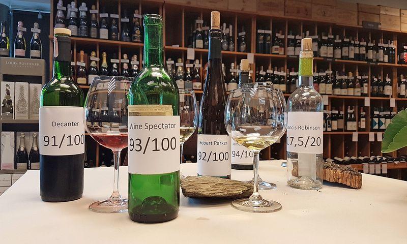 Vynui skiriami balai kartu su aprašymu padeda suprasti, ar kritikui patiko aprašomas vynas. Petro Jarašūno nuotr.