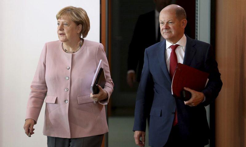 """Angela Merkel, Vokietijos kanclerė, ir Olafas Scholzas, Vokietijos finansų ministras. Michael Sohn ( AP / """"Scanpix"""" ) nuotr."""