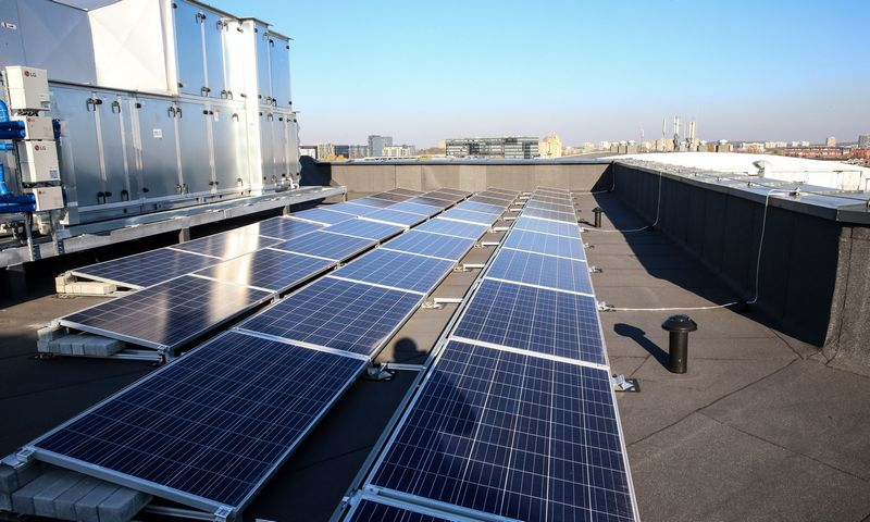 Saulės elektrinė ant pastato stogo. Vladimiro Ivanovo (VŽ) nuotr.
