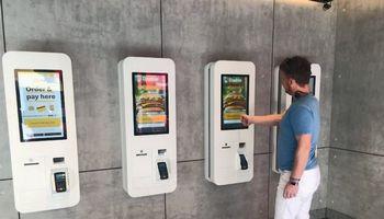 """Naujame """"McDonald's""""nebeliko kasininkų ir sėdimų vietų"""