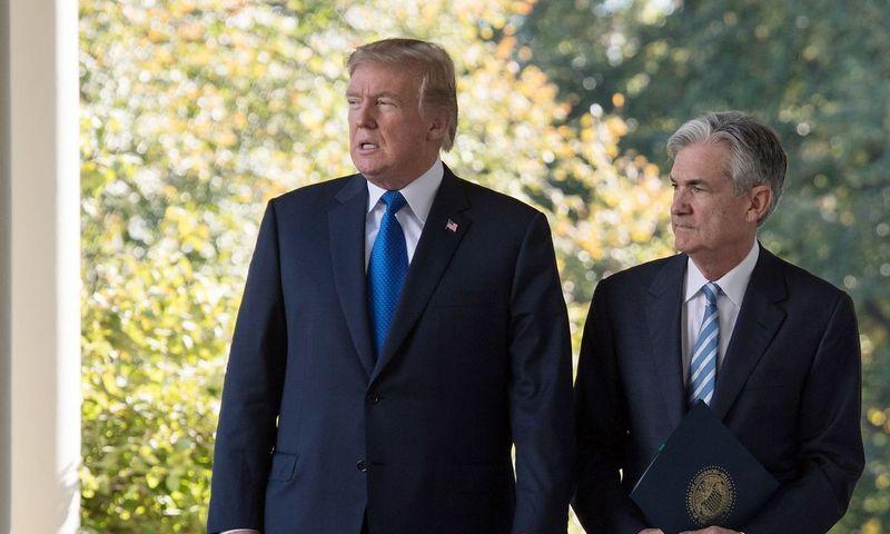"""Iš kairės: JAV prezidentas Donaldas Trumpas ir FED vadovas Jerome'as Powellas. Nicholaso Kammo  (AFP / """"Scanpix"""") nuotr."""