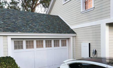 """""""Tesla"""" Europoje fotovoltinius čerpių stogus nuomos už 50 Eur/mėn."""