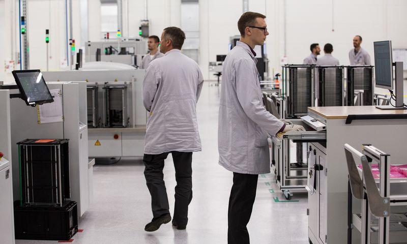 """Vokietijos automobilinės elektronikos įmonės """"Hella"""" gamykla Kauno LEZ. Mariaus Vizbaro (""""15min"""") nuotr."""
