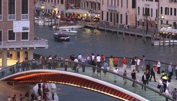 Italams trūko kantrybė: architektūros žvaigždė mokės baudą už yrantį tiltą