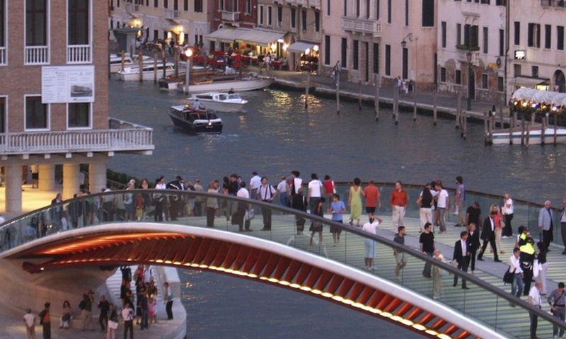 "Dėl nepraktiško Konstitucijos tilto Venecija kaltina jį suprojektavusią architektūros žvaigždę Santiago Calatravą. Manuelio Silvestri (""Reuters"" / ""Scanpix"") nuotr."