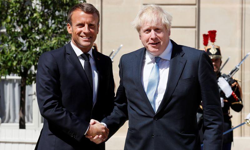 """Emmanuelis Macronas, Prancūzijos prezidentas ir Borisas Johnsonas, JK premjeras. Gonzalo Fuentes (""""Reuters"""" / """"Scanpix"""") nuotr."""