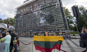 Minia Vilniuje susikibo rankomis, atkartodama Baltijos kelią